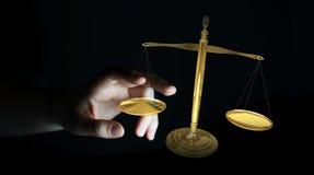 Affärskvinna med tolkningen för rättvisavägningsvåg 3D Arkivfoton
