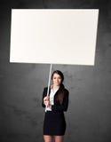 Affärskvinna med tom whiteboard Fotografering för Bildbyråer