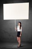 Affärskvinna med tom whiteboard Arkivfoton