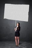 Affärskvinna med tomt häftepapper arkivbild