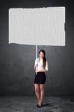 Affärskvinna med tomt häftepapper arkivfoto