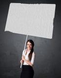 Affärskvinna med tomt häftepapper royaltyfria bilder