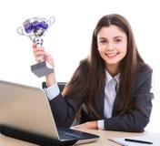 Affärskvinna med trofén Royaltyfri Bild