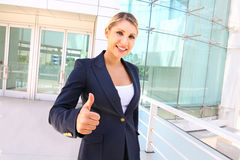 Affärskvinna med tummar upp Royaltyfri Foto