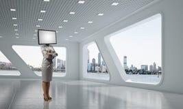 Affärskvinna med TV i stället för huvudet Royaltyfria Foton