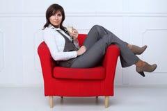 Affärskvinna med wineexponeringsglas Arkivfoton