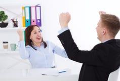 Affärskvinna och affärsman Happy för det lyckade mötet på kontorsbakgrund Affärsidéen gör ett avtal kopiera avstånd arkivbild