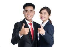 Affärskvinna och affärsman som använder minnestavlaPC på vit backgroun royaltyfri bild