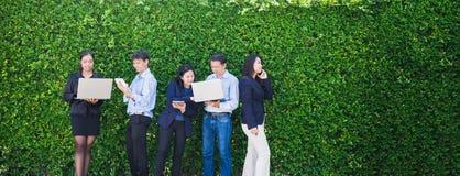 Affärskvinna och affärsman som arbetar utanför kontor genom att använda lapto Arkivbilder