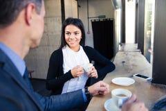 Affärskvinna och affärsman som dricker kaffe i kafé Fotografering för Bildbyråer