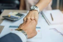 Affärskvinna- och affärsmanhandshak tillsammans för överenskommelse fotografering för bildbyråer