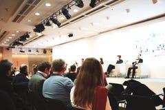 Affärskvinna och folk som lyssnar på konferensen eller på utbildningen i korridoren arkivbild