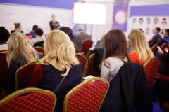 Affärskvinna och folk som lyssnar på konferensen Se mer i min portfölj Fotografering för Bildbyråer