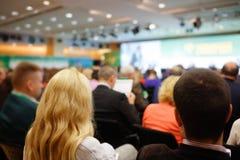 Affärskvinna och folk som lyssnar på konferensen Se mer i min portfölj Royaltyfri Fotografi
