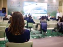 Affärskvinna och folk som lyssnar på konferensen Se mer i min portfölj Arkivfoto