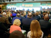 Affärskvinna och folk som lyssnar på konferensen Se mer i min portfölj Arkivbilder