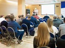 Affärskvinna och folk som lyssnar på konferensen Se mer i min portfölj Arkivbild