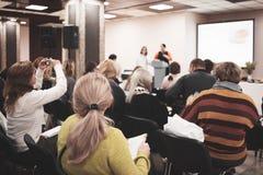 Affärskvinna och folk som lyssnar på konferensen Se mer i min portfölj Royaltyfri Bild