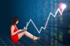 Affärskvinna och graf för finansiellt royaltyfri bild
