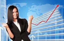 Affärskvinna och grafiskt diagram fotografering för bildbyråer