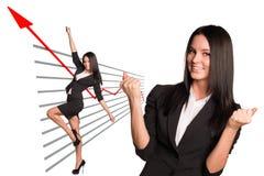 Affärskvinna och grafiskt diagram royaltyfri fotografi