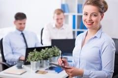 Affärskvinna och hennes medarbetare Arkivfoton