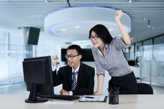 Affärskvinna och hennes partner som lyfter händer Arkivbild