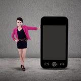 Affärskvinna och smartphone på grå färger Fotografering för Bildbyråer