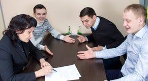 Affärskvinna och tre lyssnande arbetare Royaltyfri Bild