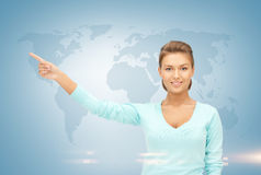 Affärskvinna och världskarta Royaltyfri Foto