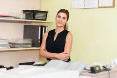 Affärskvinna At Office Desk royaltyfria bilder
