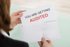 Affärskvinna Opening Audit Letter Royaltyfria Bilder