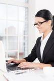 Affärskvinna på arbete. Arkivbild