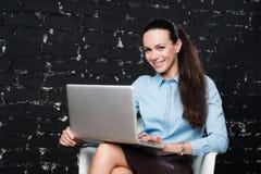 Affärskvinna på bärbara datorn i ett modernt vindkontor Royaltyfri Foto