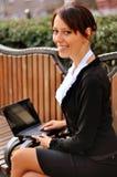 Affärskvinna på en bänk på gatan Arkivbilder