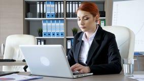 Affärskvinna på hennes skrivbord i kontorsmaskinskrivningen på bärbara datorn stock video