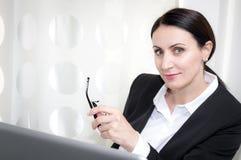 Affärskvinna på kontoret royaltyfri bild