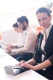 Affärskvinna på möte genom att använda minnestavlan Royaltyfri Foto