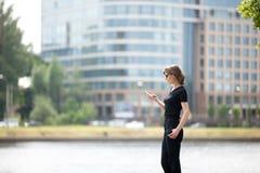 Affärskvinna på mobiltelefonen i gatan Arkivbilder