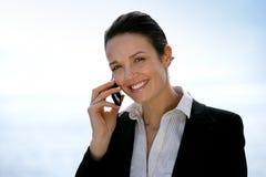 Affärskvinna på telefonen utomhus royaltyfria foton