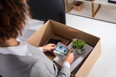 Affärskvinna Packing Picture Frame i kartong royaltyfria bilder