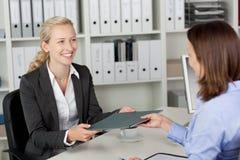 Affärskvinna Receiving Application File från kandidat arkivfoton