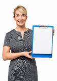 Affärskvinna Showing Blank Paper på skrivplattan Arkivbilder