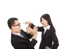 Affärskvinna som är ilsken med hennes kollega royaltyfri foto