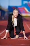 Affärskvinna som är klar att sprinta royaltyfri foto