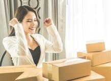 Affärskvinna som är lycklig med hennes online-beställning för hennes online-affär royaltyfria bilder