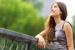 Affärskvinna som är tänkande i Central Park Arkivbilder