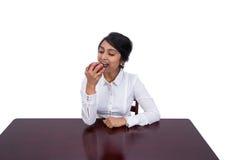 Affärskvinna som äter ett äpple Royaltyfria Foton