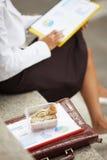 affärskvinna som äter smörgåsen royaltyfria foton