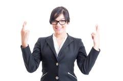 Affärskvinna som önskar för lycka med korsade fingrar Fotografering för Bildbyråer